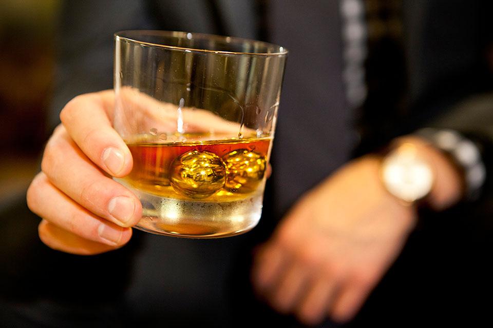 Balls Of Steel: 18K Goldene Whiskey-Kugeln 1
