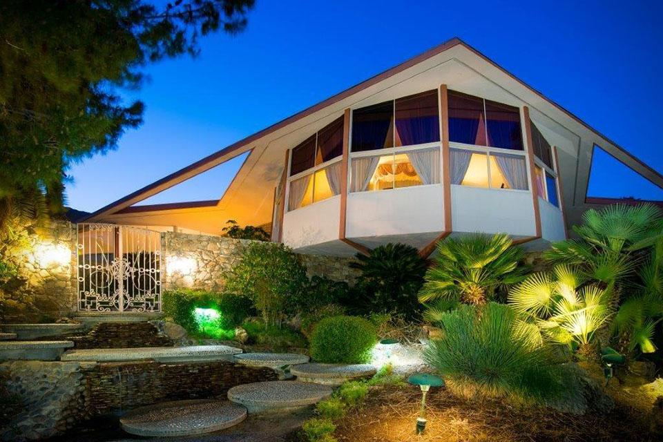 Elvis presley s palm springs honeymoon on sale for 9 5m for Palm springs for sale by owner