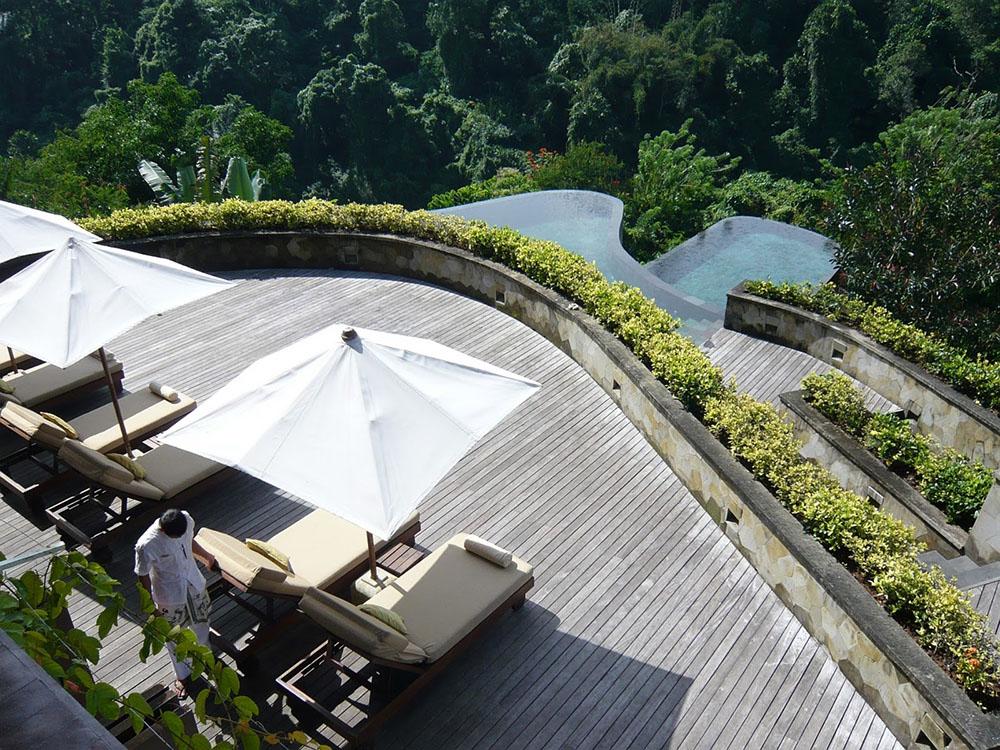 Inside the rainforest hanging gardens ubud in bali mr for Hanging garden pool ubud