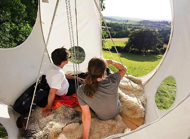 "Hang Out 3 Feet Above The Ground x Camping with the ""Roomoon"" Tent 3"