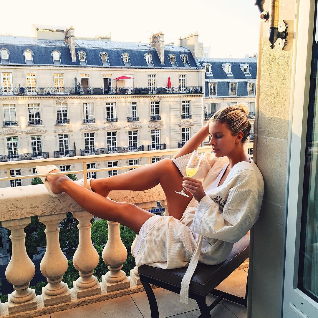 на балконе девушку