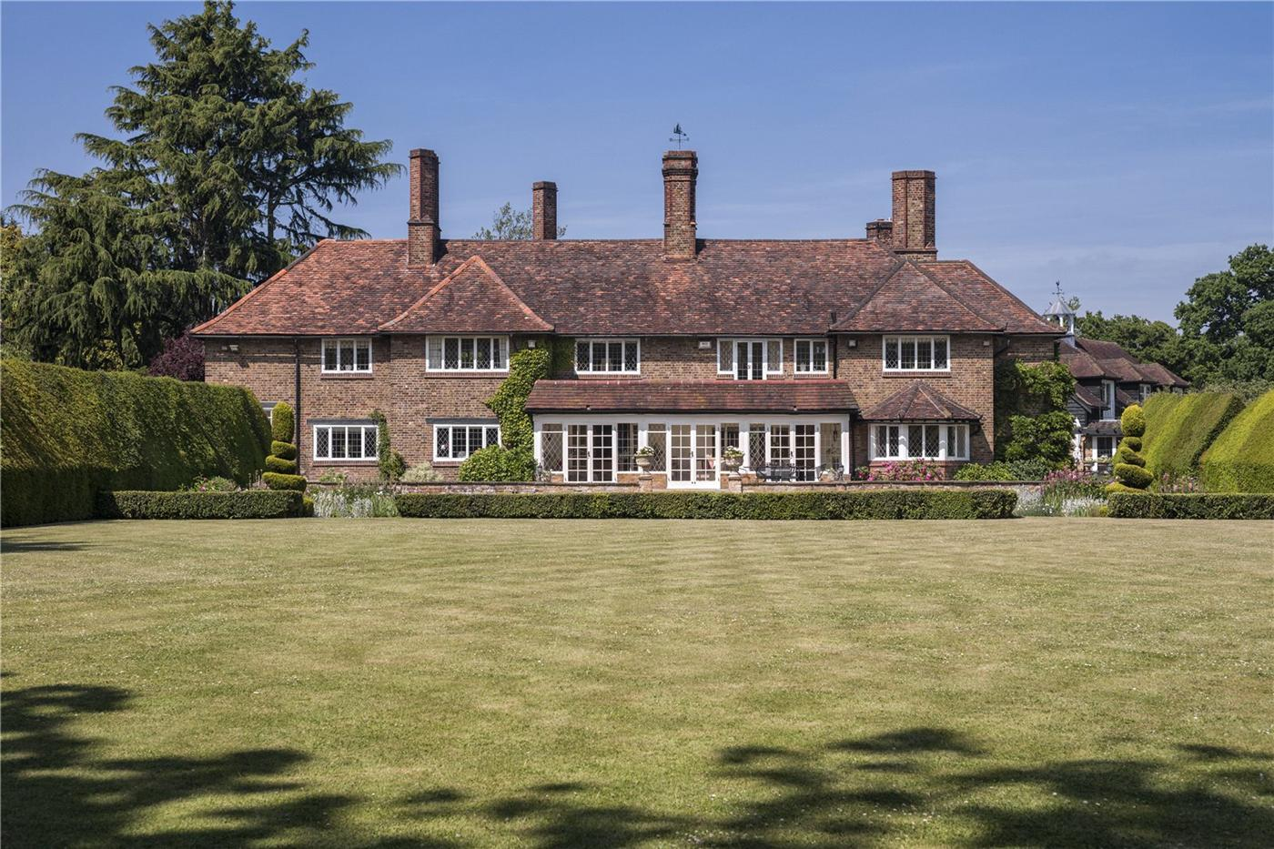 Roger Moore's $7,5 Million Dollar Residence in England 1