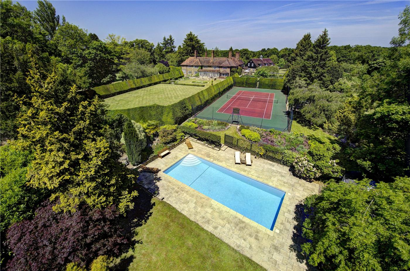 Roger Moore's $7,5 Million Dollar Residence in England 10