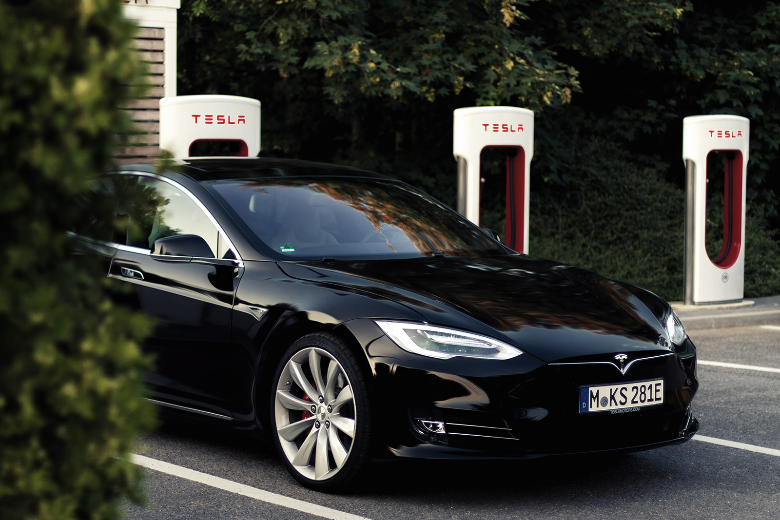 tesla model s p90d elektro limousine mit supersportwagen flair. Black Bedroom Furniture Sets. Home Design Ideas