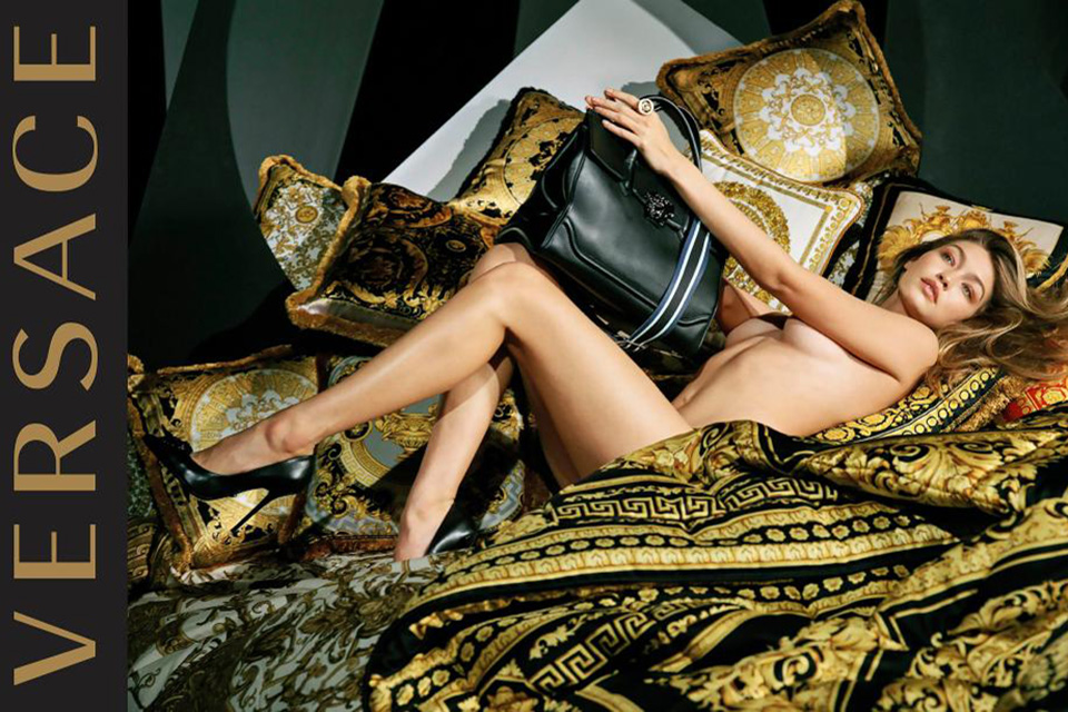 Gigi Hadid posiert im Evakostüm für Versace 1
