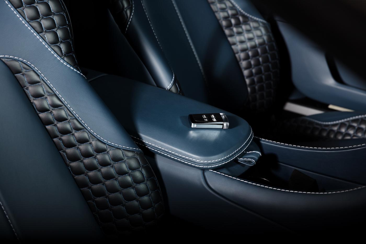 007: Daniel Craig's Aston Martin Vanquish wird in New York versteigert 4