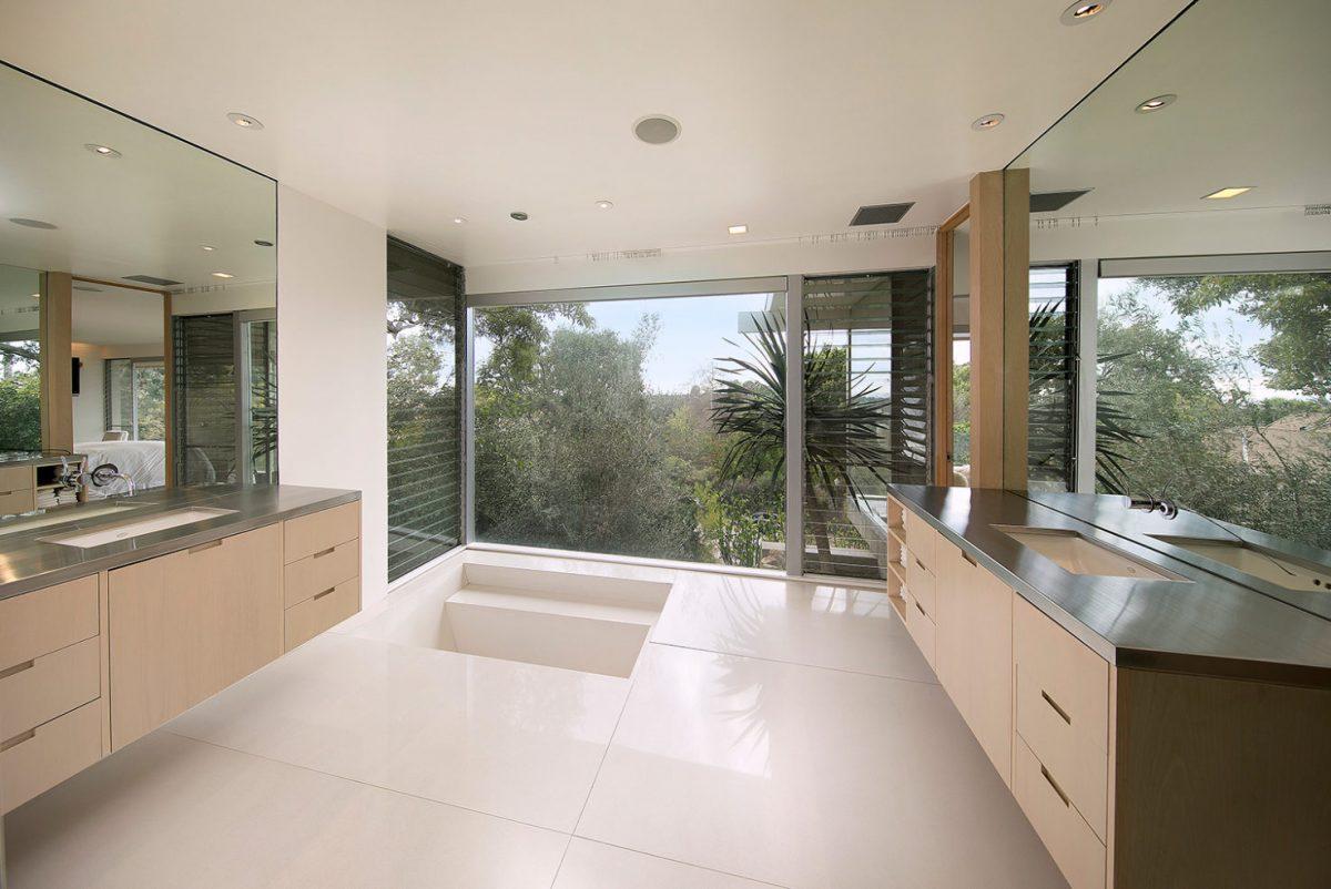 Jedes Schlafzimmer Verfügt über Einen Eigenen Loungebereich Im Freien,  Während Die Master Suite Auf Der Unteren Ebene Eine Ruhige Aussicht Auf Den  Pazifik ...