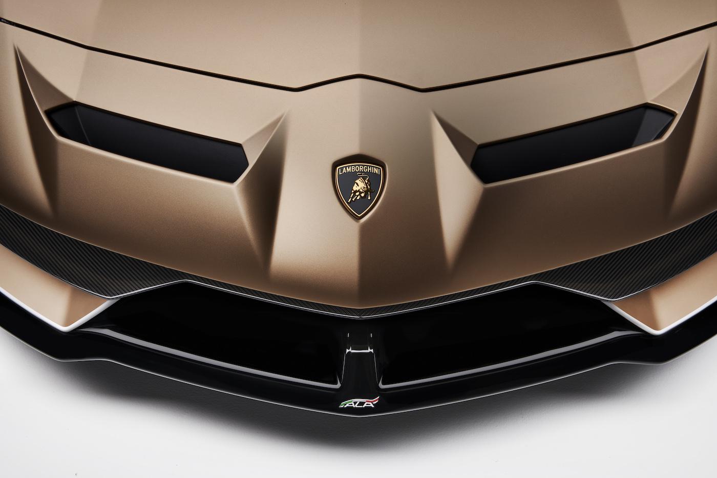 Oben ohne mit 350 km/h: Lamborghini präsentiert den Aventador SVJ Roadster in Genf 14