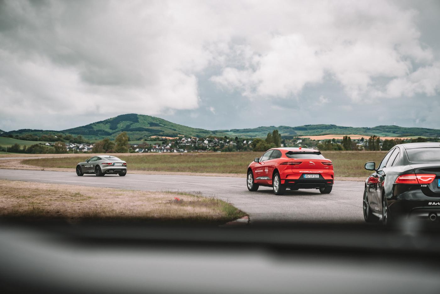 Die Jaguar Art of Performance Tour: Ein einzigartiges Fahrerlebnis auf einem Flugplatz 4