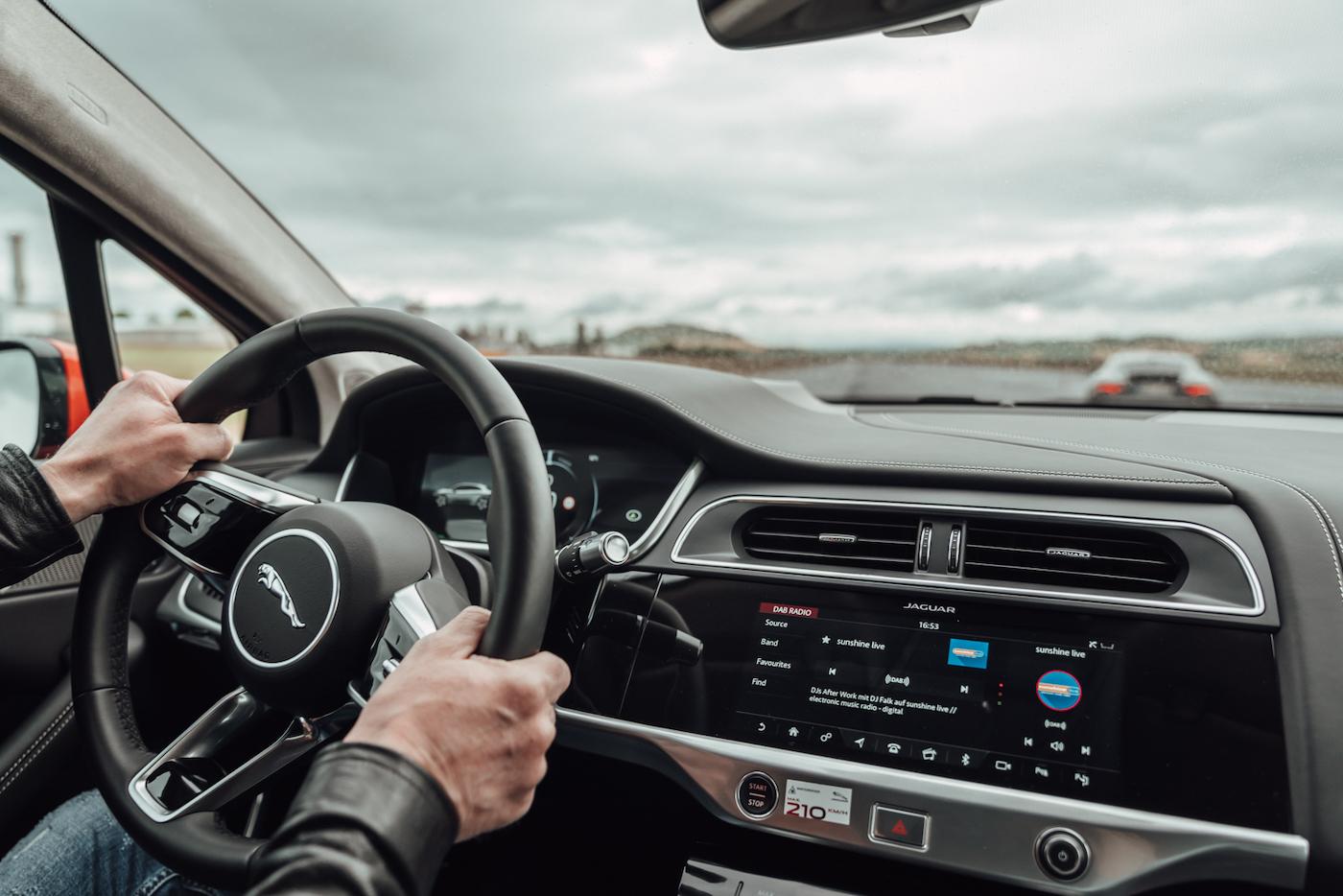 Die Jaguar Art of Performance Tour: Ein einzigartiges Fahrerlebnis auf einem Flugplatz 8
