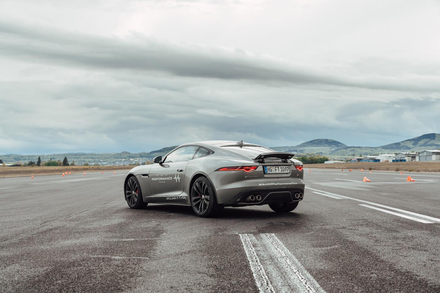 Die Jaguar Art of Performance Tour: Ein einzigartiges Fahrerlebnis auf einem Flugplatz 5
