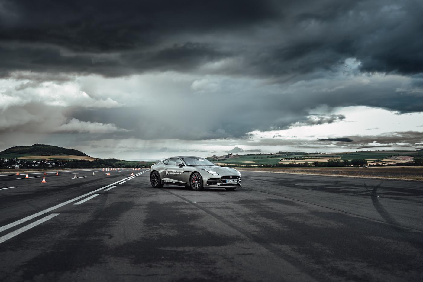 Die Jaguar Art of Performance Tour: Ein einzigartiges Fahrerlebnis auf einem Flugplatz 2