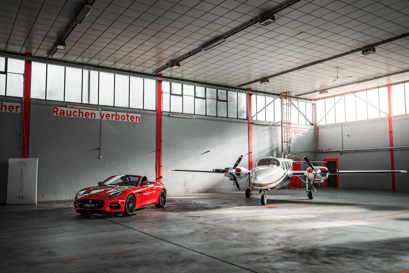 Die Jaguar Art of Performance Tour: Ein einzigartiges Fahrerlebnis auf einem Flugplatz 1