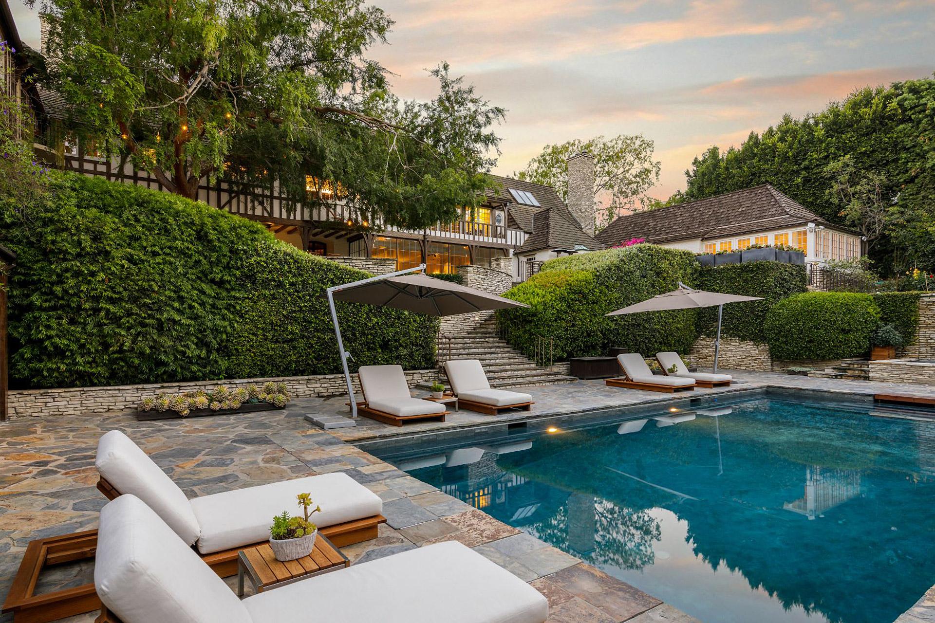 Ein Blick in Brad Pitt & Jennifer Annistons früheres $49 Millionen Dollar Anwesen 1