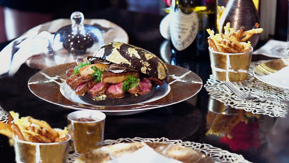 Der $1,600 Wagyu Beef Burger mit schwarzen Trüffelspänen und 24- Karat Blattgold