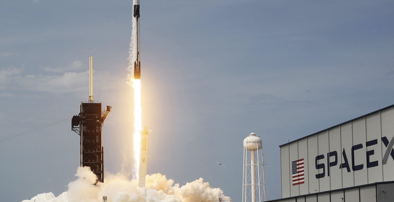 SpaceX schickt als erstes privates Unternehmen Menschen in den Weltraum